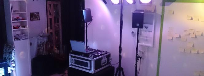 Een DJ, met licht en geluid, op twee vierkante meter